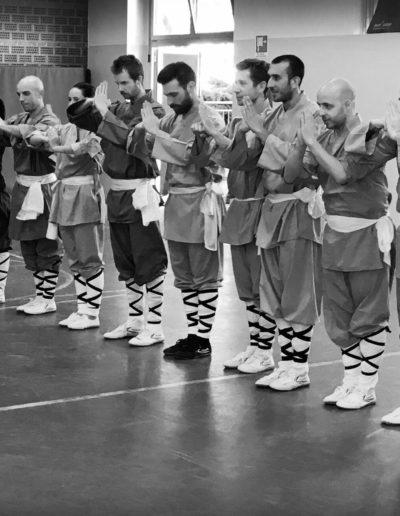 Nekobukai. Scuola di wuseng shaolin in fila per il saluto al maestro